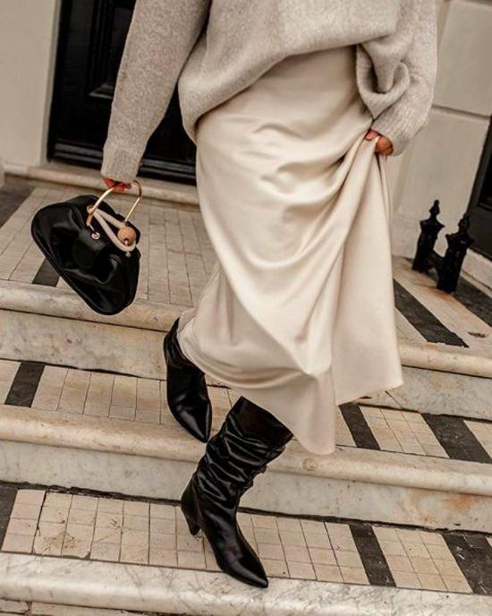 Ngoài việc phối hợp sắc màu ăn ý cho chân váy và áo ấm, bốt da nhiều kiểu dáng thời thượng là phụ kiện không thể thiếu.