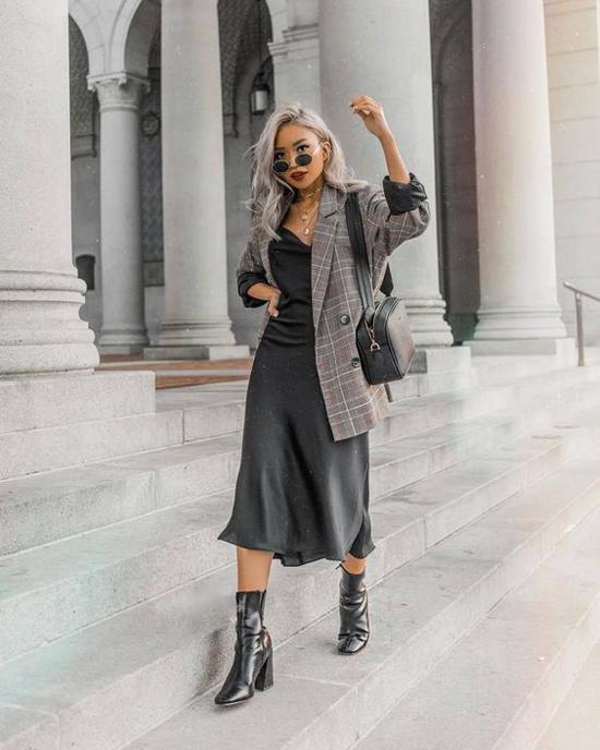 Đối với những bạn gái có chiều cao khiêm tốn, cách chọn lựa tông màu đồng điệu cho áo khoác và váy liền thân sẽ phần nào cải thiện vóc dáng.