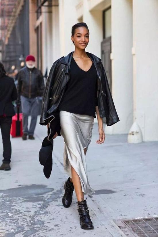 Khi sử dụng áo khoác da để mix đồ thu đông, nhiều tín đồ thường chọn chân váy xẻ thay cho các kiểu đầm midi, váy chữ A dáng dài.