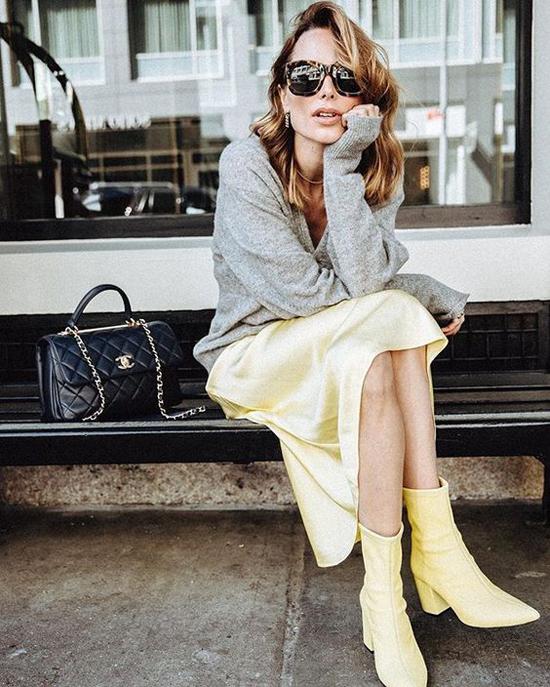 Cách đơn giản nhất để tận dụng đồ mùa nóng trong ngày lạnh là mix chúng cùng các mẫu áo ấm như len, dạ, nỉ.