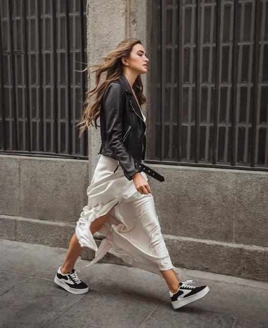 Phong cách nữ tính nhưng không kém phần cá tính với lối mix màu tương phản cho váy xẻ đi kèm jacket da.