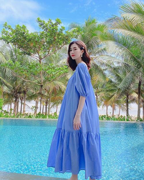 Hoa hậu Đặng Thu Thảo mặc váy rộng thùng thình khi đi nghỉ dưỡng khiến nhiều người đặt nghi vấn cô đang mang thai lần hai.