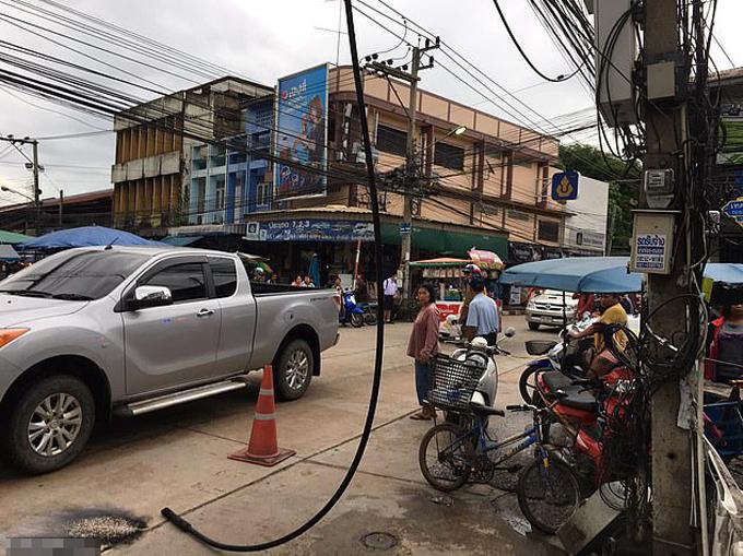 Đường dây điện rơi xuống đường sau khi va vào chị Malinee hồi tháng 9 ởNakhon Ratchasima, Thái Lan. Ảnh: Viral Press.