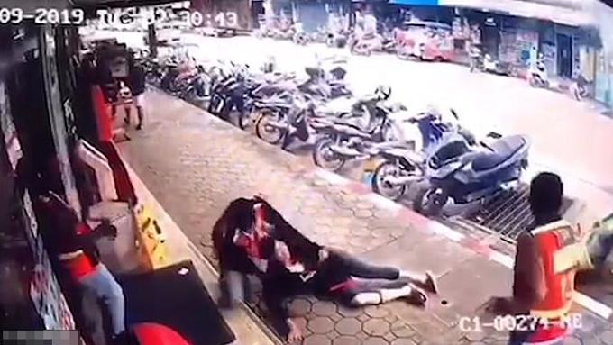 Người phụ nữ 38 tuổi được xe ôm kéo giúp lên vỉa hè sau tai nạn. Ảnh: Viral Press.