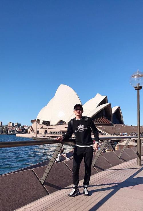 Đăng ảnh du lịch tại Australia, danh hài Hoài Linh khiến nhiều người bất ngờ và khen nam dành hài trẻ trung, sành điệu. Đáp lại, nghệ sĩ hài dí dỏm viết: No vừa đừng no quá. Vui vừa đừng vui quá. Đẹp vừa đừng đẹp quá. Cứ cỡ này là được rồi.