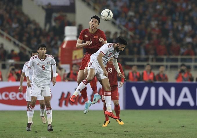 Văn Hậu tranh chấp với cầu thủ UAE hôm 14/11. Ảnh: Ngọc Thành