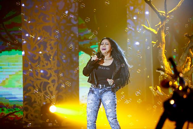 Những năm 90 của thế kỷ trước, Ngọc Ánh gắn với hình ảnh nữ ca sĩ hát nhạc rock bốc lửa, cháy hết mình trên sân khấu.