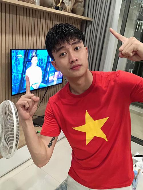 Quốc Trường mừng đội tuyển Việt Nam thắng 1-0 trước UAE.