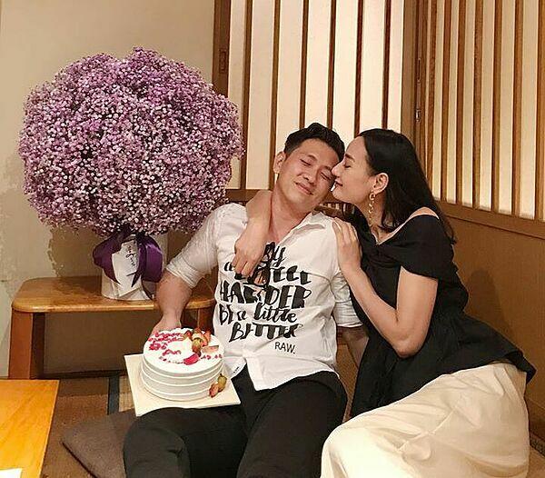 Lê Thúy hôn chồng thắm thiết trong tiệc sinh nhật.