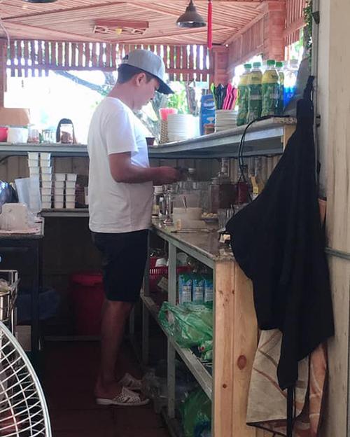 Trường Giang tự đi vào khu vực pha chế và muốn tự tay pha nước cho vợ. Hình ảnh này được một khán giả chụp lại và đăng tải lên mạng xã hội.