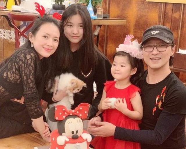 Uông Phong và vợ, cùng con chung, con riêng (bé gái đứng cạnh Tử Di là Quả Táo, con riêng của Uông Phong với Cát Hội Tiệp.