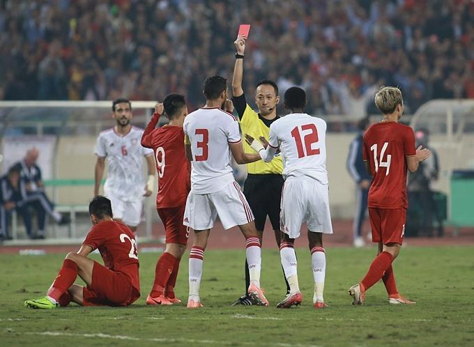 Trọng tài phạt thẻ đỏ hậu vệ UAE. Ảnh: Đức Đồng