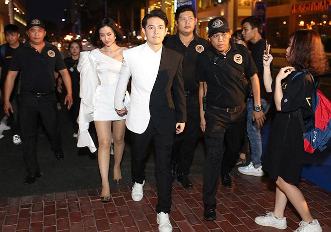 Đông Nhi - Ông Cao Thắng mặc ton-sur-ton dự buổi ra mắt một sản phẩm thẻ tín dụng. Sau đám cưới lãng mạn bên bờ biển Phú Quốc, hiện đôi vợ chồng đã trở lại lịch làm việc bình thường.