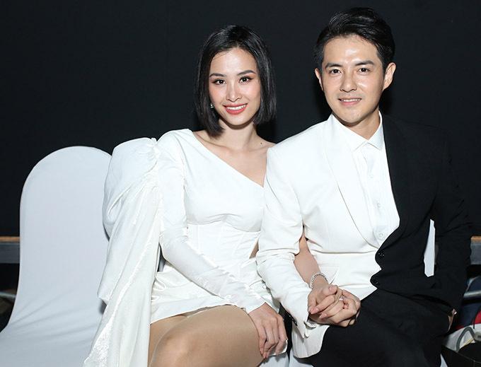 Đây là lần hiếm hoi Ông Cao Thắng đi diễn cùng vợ. Từ khi chuyển sang vai trò nhà sản xuất và điều hành công ty quản lý, đào tạo nghệ sĩ anh không còn xuất hiện trên sân khấu ca nhạc.