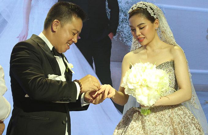 Giang Hồng Ngọc xúc động khi chồng lồng chiếc nhẫn vào ngón áp út của cô.