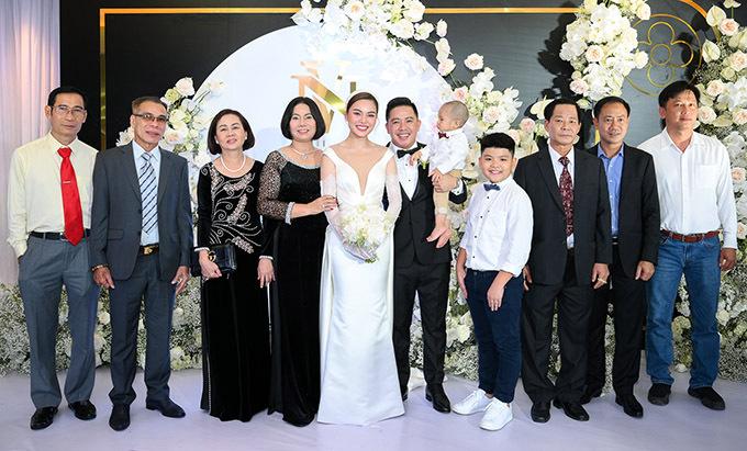 Bé Cà Rốt được bố bế dự ngày vui của cha mẹ. Tiệc cưới có đông đủ người thân hai họ tham dự. Giang Hồng Ngọc hạnh phúc vì hôn nhân của cô được gia đình ủng hộ, vun vén.