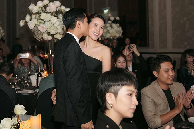 Hồ Hoài Anh còn đặt nụ hôn trìu mến lên má vợ trước sự chứng kiến của rất nhiều người.