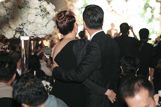 Cặp đôi ôm lấy nhau khi chứng kiến khoảnh khắc thiêng liêng của vợ chồng Mai Hồng Ngọc.