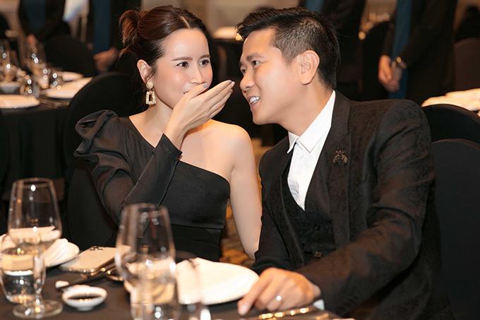 Suốt buổi tiệc, Hồ Hoài Anh và Lưu Hương Giang quấn quýt không rời và liên tục thì thầm to nhỏ.Cặp đôi ôm lấy nhau khi chứng kiến khoảnh khắc thiêng liêng của vợ chồng Mai Hồng Ngọc.