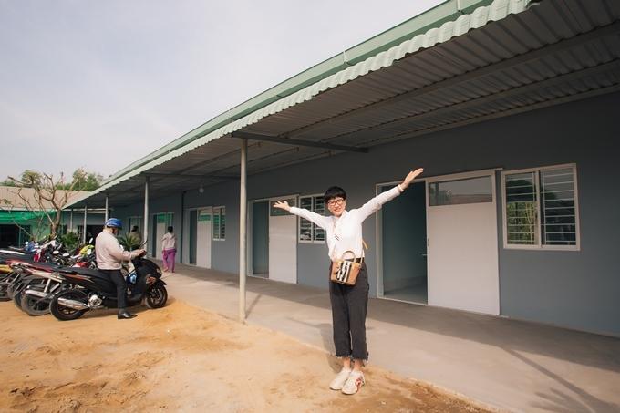 Trang Trần đứng trước dãy nhà mới.