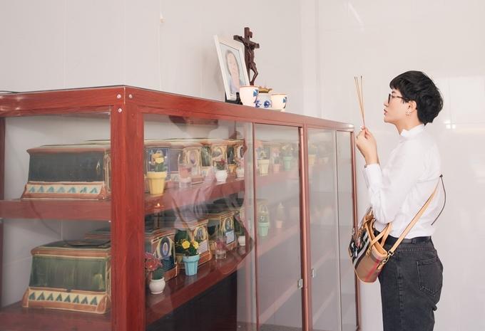 Trang Trần thắp hương trước ban thờ bà Kính và bài vị những cụ đã qua đời.