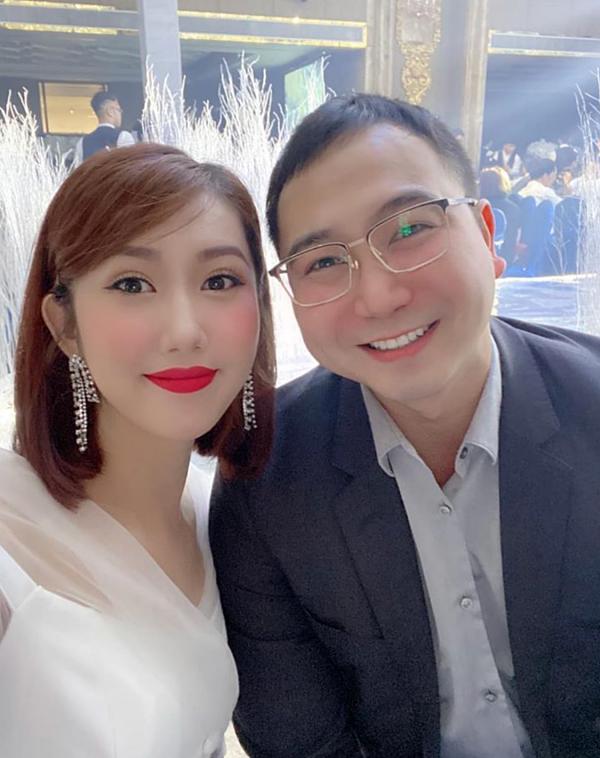 Lan Khuê ngồi cạnh doanh nhân Tuấn John ở tiệc cưới. Vì bà xã Lan Khuê sắp sinh con đầu lòng, Tuấn John lẻ bóng đi ăn cưới.