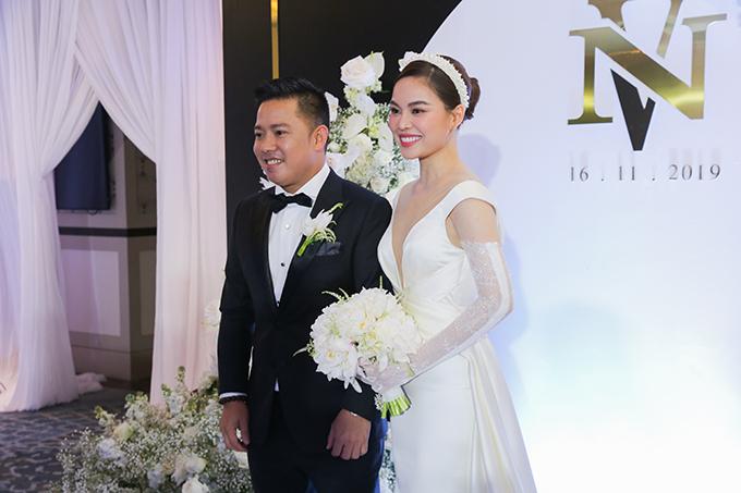 Tối 16/11, cô dâu Giang Hồng Ngọc đã lên xe hoa với chú rể Xuân Văn. Trong ngày trọng đại của nữ ca sĩ, makeup Soll là nguời phụ trách làm đẹp.