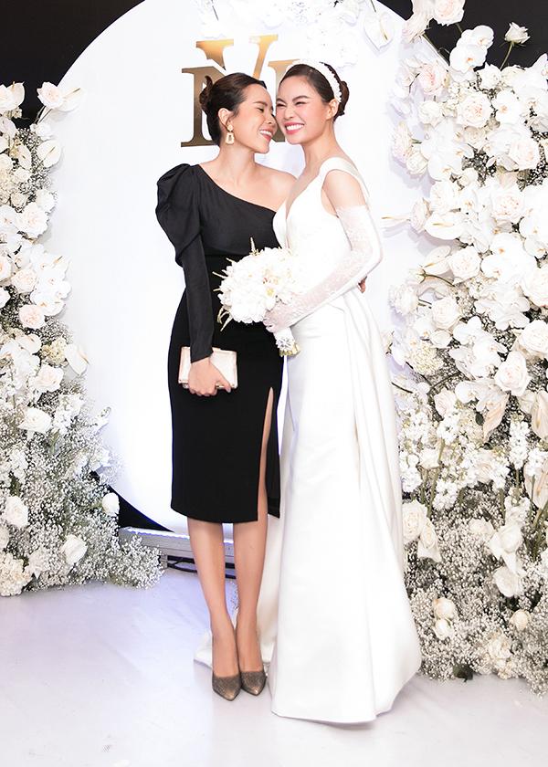 Lưu Hương Giang tình cảm hôn má, chúc đàn em trăm năm hạnh phúc.