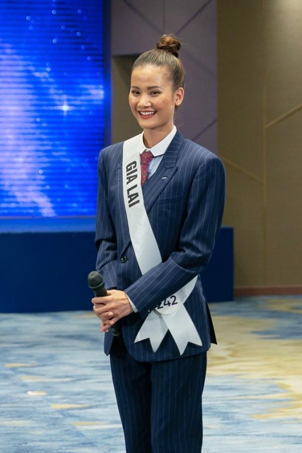 Nguyễn Thị Hương Ly bị nhắc nhở về trang phục không phù hợp cuộc thi nhan sắc. Cô là cái tên cuối trong top 5 đang dẫn đầu cuộc thi.