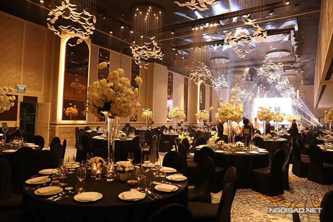Bàn tiệc trong hội trường cưới là bàn tròn, ghế banquet. Tất cả đều được phủ vải bọc tông đen - mang đến sự sang trọng.