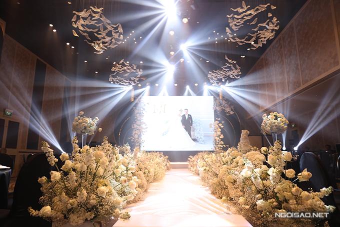 Toàn bộ không gian được trang trí trong vòng 2 ngày với 100% hoa tươi nhập khẩu gồm: hồng Ohara, hoa baby, cẩm tú cầu, hồ điệp.