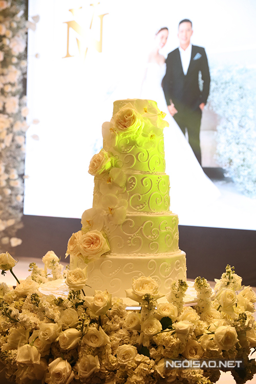 Bánh cưới của uyên ương có tông trắng, được điểm hoa hồng Ohara.