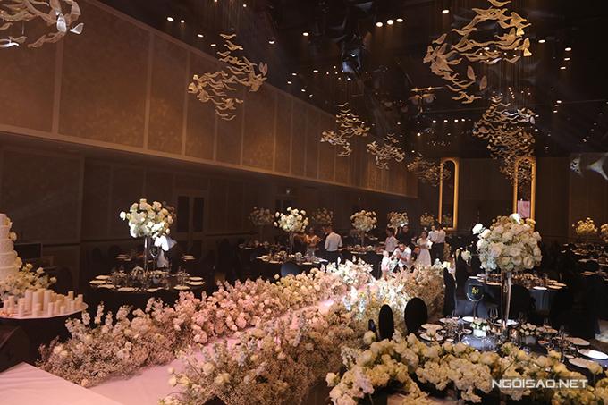 Dọc hai bên lễ đường là thảm hoa trắng, mang đến vẻ lãng mạn.
