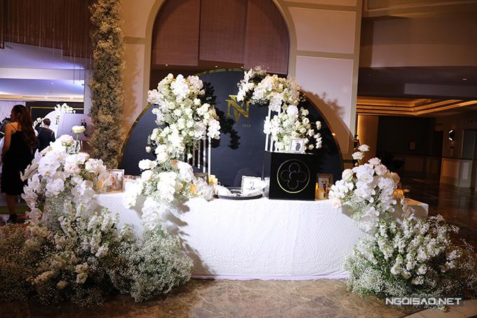 Bàn gallery được bài trí với ảnh cưới của uyên ương chụp tại studio, hoa tươi nhập khẩu.