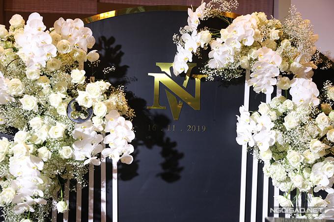 Từng chi tiết nhỏ của bàn gallery được chăm chút kỹ lưỡng, có in chữ cái đầu trong tên của cặp vợ chồng.
