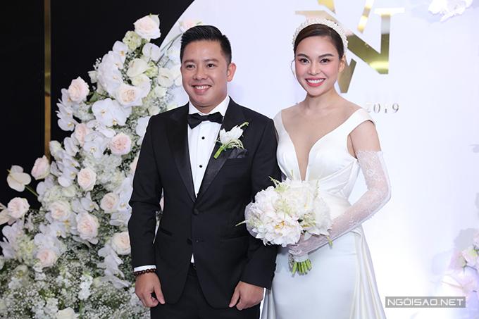 Tối 16/11, nữ ca sĩ Giang Hồng Ngọc và chồng Xuân Văn đã tổ chức tiệc cưới ở TP HCM. Khi tưởng tượng về lễ cưới trong mơ, Giang Hồng Ngọc đã mong muốn một không gian có sự sang trọng, ấn tượng.