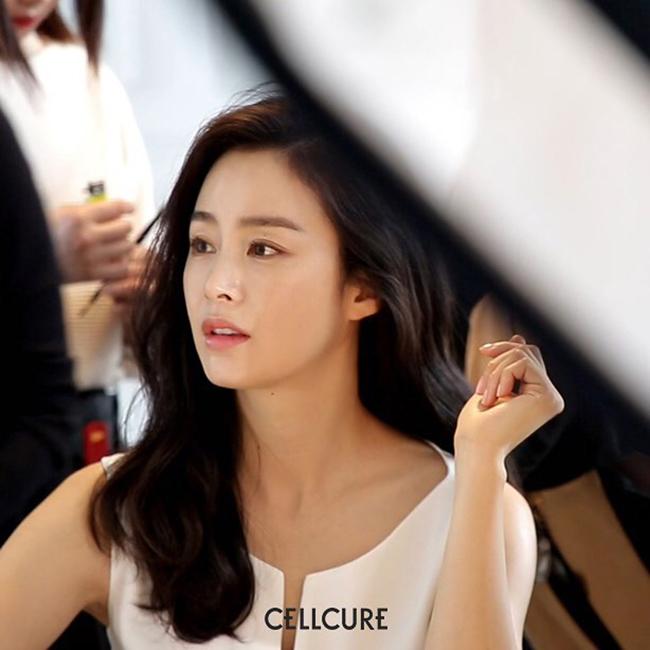 Sống lạc quan, suy nghĩ tích cực cũng là yếu tố quan trọng giúp Kim Tae Hee giữ gìn sắc vóc ở tuổi 39.