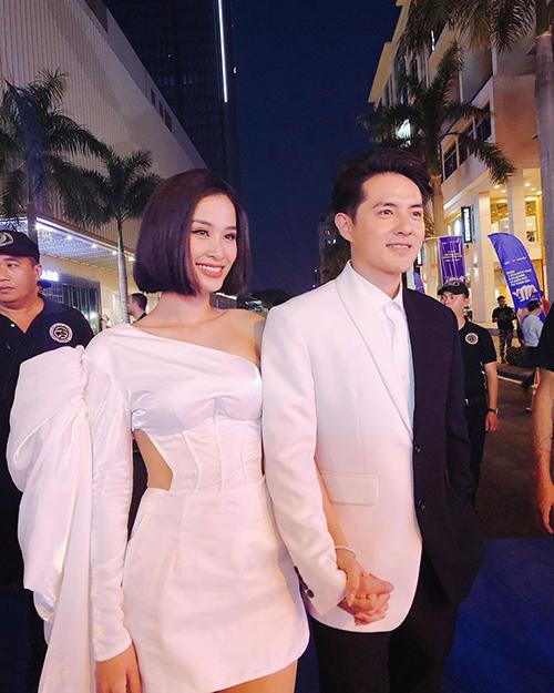 Vợ chồng Đông Nhi - Ông Cao Thắng tất bật đi diễn sau đám cưới.
