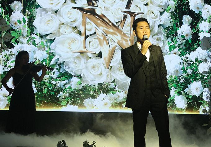 Nhạc sĩ Hồ Hoài Anh ngẫu hứng hát tặng đôi uyên ươngmột ca khúc tiếng Anh lãng mạn.