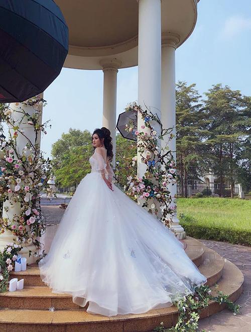 Chia sẻ về bức ảnh mặc váy cô dâu của mình, Á hậu Huyền My dí dỏm viết: Đừng ai hỏi bao giờ tui lấy chồng nữa nha, giờ tui đi lấy thật đây.