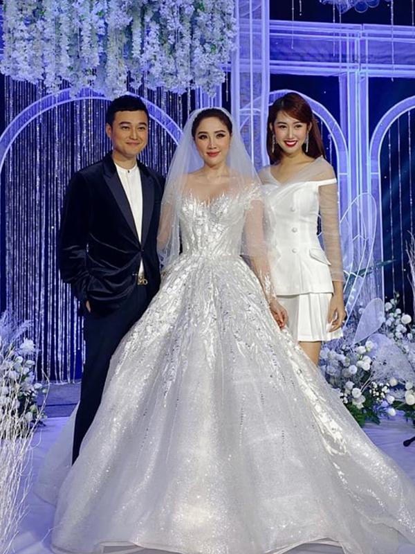 Quang Vinh (trái) - Thuý Ngân (phải) chúc mừng Bảo Thy theo chồng về dinh.