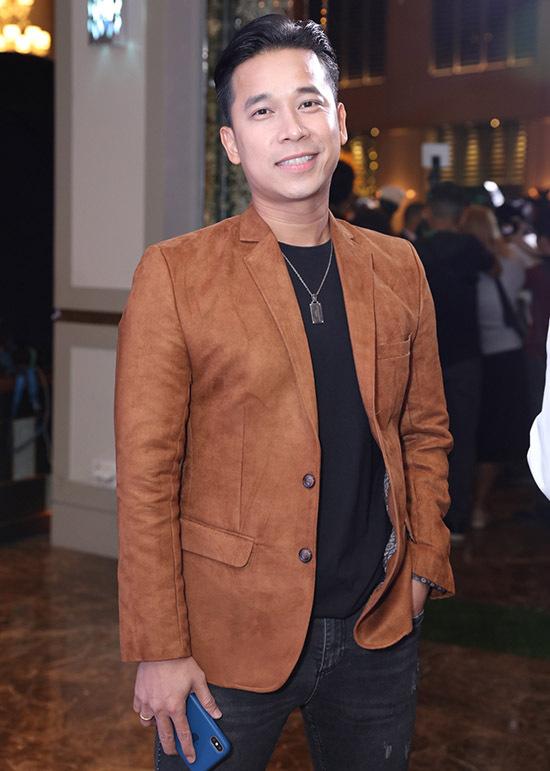 Ca sĩ Lê Hoàng mặc vest lịch lãm.
