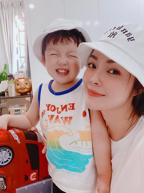 Con trai Dương Cẩm Lynh cười tít mắt khi pose hình cùng mẹ.