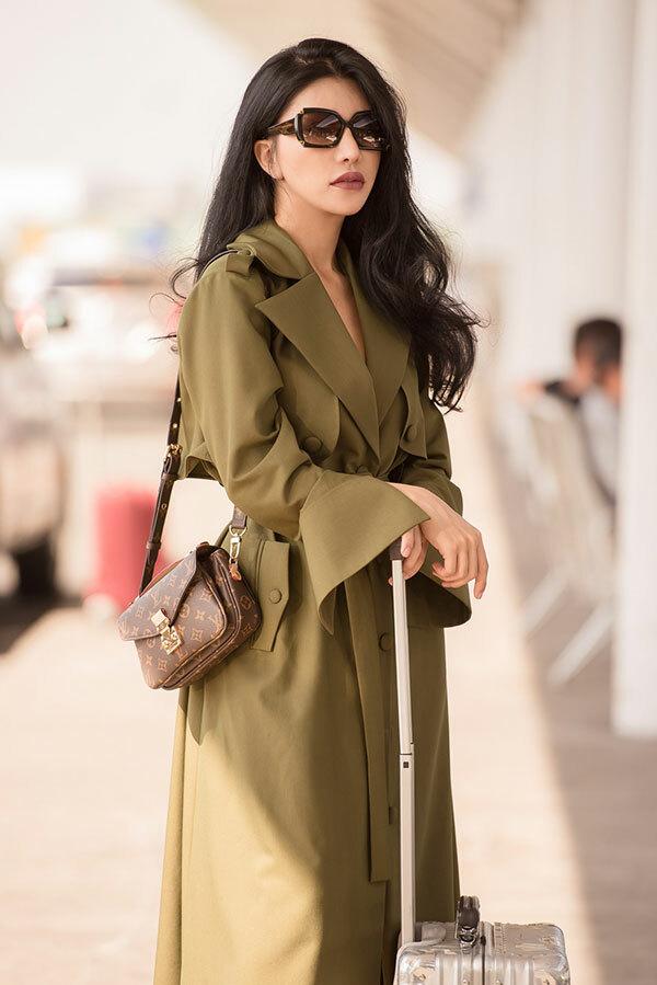 Gần cuối năm, công việc bận rộn, phải di chuyển liên tục nên Loan Vương thường lựa chọn những bộ trang phục mang tới sự thoải mái.