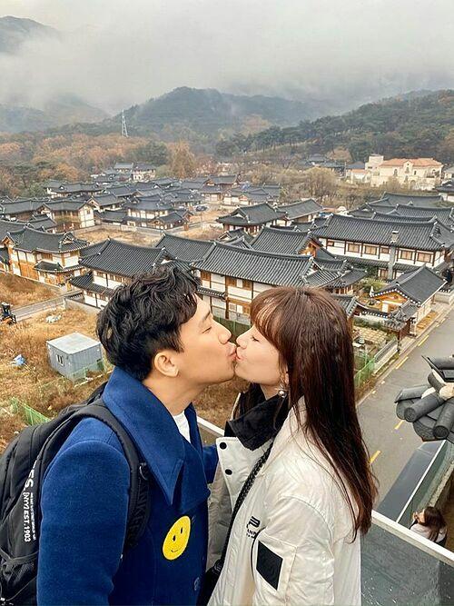 Vợ chồng Trấn Thành - Hari Won tình tứ khi du lịch ở Hàn Quốc.