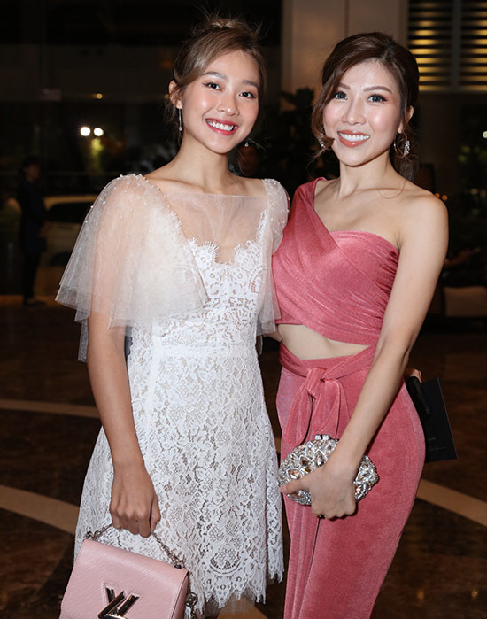 Diễn viên Khả Ngân (trái) vui vẻ hội ngộ ca sĩ Trang Pháp.