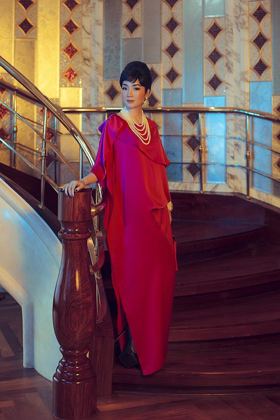 Váy lụa dáng suông được tạo điểm nhấn bằng cách xếp layer cho cổ áo, xẻ chân váy cao. Giáng My tôn nét sang trọng khi phối bộ cánh hồng cùng phụ kiện ngọc trai.