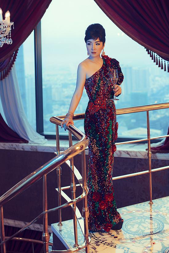Ra mắt bộ sưu tập vào thời điểm cuối năm, hai nhà mốt hy vọng mang đến nhiều gợi ý thú vị trong việc chọn váy áo đi tiệc cho phái đẹp.