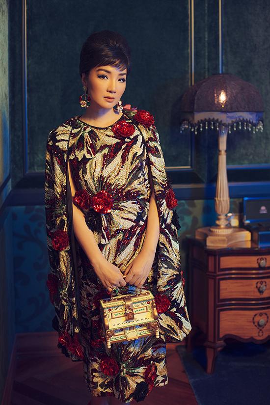 Đầm seqquins mang hơi hướng váy cape trở nên bắt mắt hơn bởi cách sử dụng vải sequins hoạ tiết hoa kết hợp đính hoa 3D.