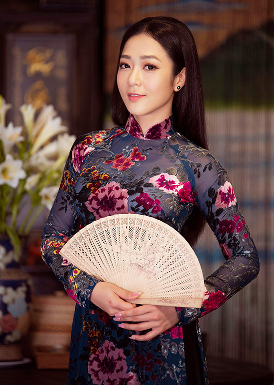 Hà Thanh Xuân sinh năm 1988. Cô được yêu thích khi thể hiện dòng nhạc bolero trên sân khấu Thuý Nga Paris. Nữ ca sĩ gây ấn tượng với vẻ ngoài giống cố nghệ sĩ cải lương Thanh Nga.